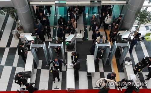 Participants in the ASEAN-Republic of Korea Commemorative Summit and media workers undergo security checks to enter BEXCO, the summit venue, in Busan on Nov. 25, 2019. (Yonhap)