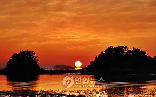 This file photo shows a sunset in Haenam, South Jeolla Province. (Yonhap)