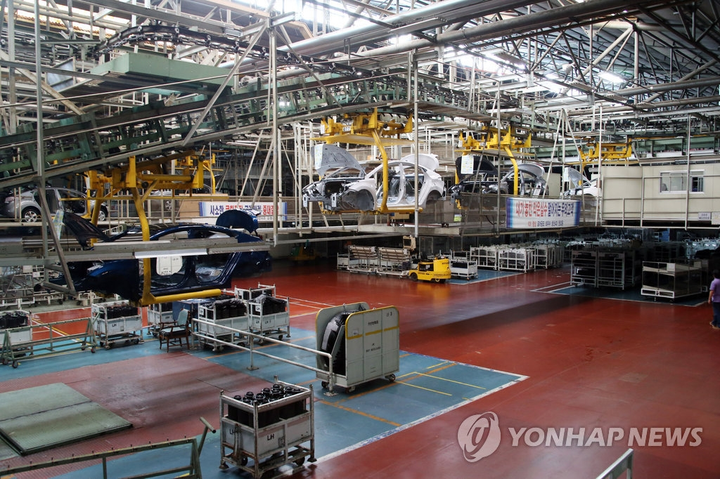 This undated file photo shows an assembly line of Hyundai Motor plant in Ulsan, 450 kilometers southeast of Seoul. (Yonhap)
