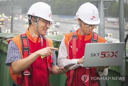 This photo taken by SK Telecom Co. on Sept. 9, 2019, shows the company's engineers checking a mobile network in Seoul. (PHOTO NOT FOR SALE) (Yonhap)