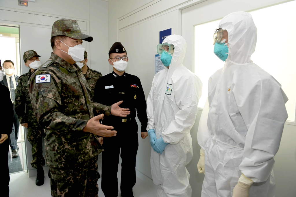 Chief of Naval Operations Adm. Sim Seung-seob (L) speaks with service personnel assigned to a clinic for new coronavirus treatment in Jinhae, South Gyeongsang Province, on Feb. 7, 2020, in this photo provided by the Navy. (PHOTO NOT FOR SALE) (Yonhap)
