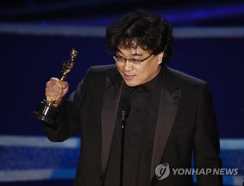 "In this photo released by Europe's photo news agency EPA, South Korean director Bong Joon-ho accepts the best director award for ""Parasite"" during the 92nd annual Oscars at Dolby Theatre in Los Angeles on Feb. 9, 2020. (Yonhap)"