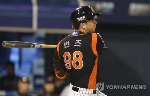 In this file photo from Oct. 13, 2017, Andy Burns of the Lotte Giants hits a single against the NC Dinos in Game 4 of the Korea Baseball Organization first round playoff series at Masan Stadium in Changwon, 400 kilometers southeast of Seoul. (Yonhap)
