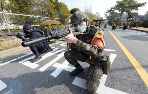 Soldiers and police officers conduct joint anti-terrorism drills while wearing masks in Jinhae, South Korea, on Feb. 11, 2020, in this photo provided by the Defense Media Agency. (PHOTO NOT FOR SALE) (Yonhap)
