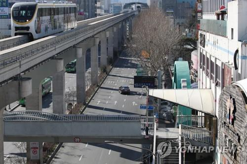 Streets in downtown Daegu, 300 kilometers southeast of Seoul, are nearly empty on Feb. 23, 2020, as residents avoid going outside amid the spread of the new coronavirus in the city. (Yonhap)