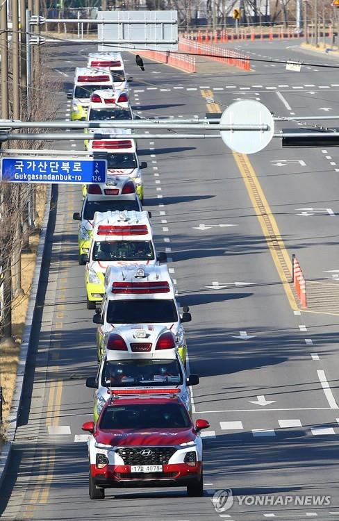 Ambulances are mobilized in Daegu, located some 300 kilometers southeast of Seoul, on Feb. 23, 2020, to carry patients infected with the novel coronavirus. (Yonhap)