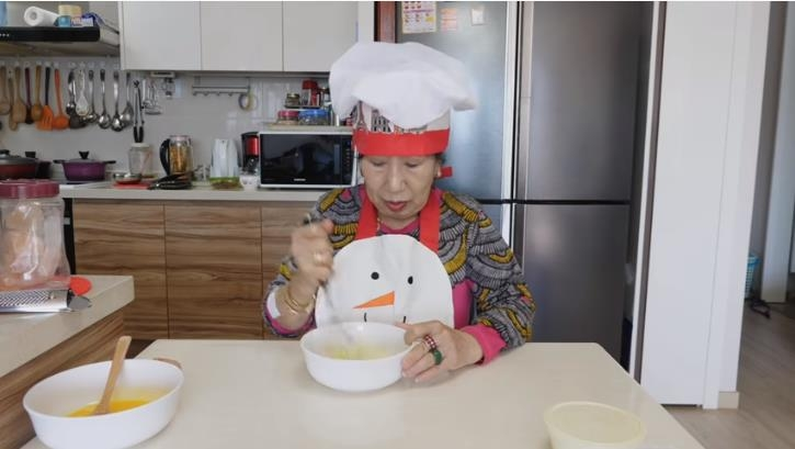 In this photo captured from YouTuber Park Mak-rye's channel on March 25, 2020, Park stirs eggs as part of a challenge to make fried eggs after whipping 1,000 times. (PHOTO NOT FOR SALE) (Yonhap)