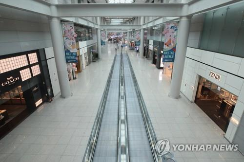 This photo, taken on March 26. 2020, shows a deserted duty-free area at Incheon International Airport, west of Seoul. (Yonhap)