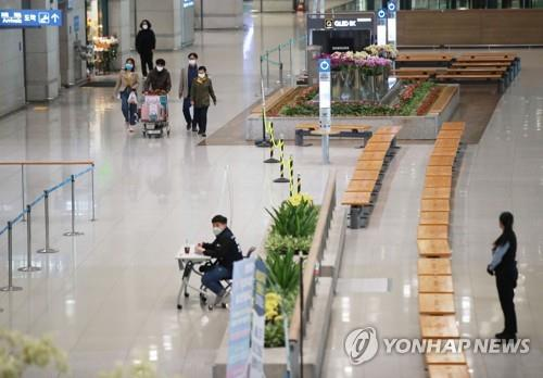 The arrival lobby of Terminal 1 of Incheon International Airport, west of Seoul, appears quiet on April 13, 2020, as measures to restrict visa-free entry from 90 countries were implemented on the day in a bid to prevent coronavirus cases coming from abroad. (Yonhap)