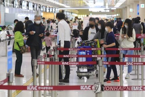 The departure hall of Jeju International Airport on Jeju Island is crowded with passengers on May 4, 2020. (Yonhap)