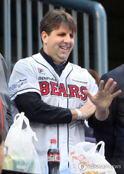 In this file photo from March 31, 2017, Mark Lippert, former U.S. ambassador to South Korea, waves to fans at Jamsil Stadium in Seoul while attending a Korea Baseball Organization game between the home team Doosan Bears and the Hanwha Eagles at Jamsil Stadium in Seoul. (Yonhap)