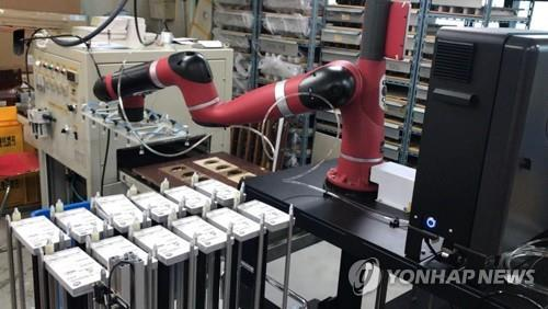 This photo, provided by the city government of Incheon, shows an industrial robot provided by the government at a manufacturing facility. (PHOTO NOT FOR SALE) (Yonhap)