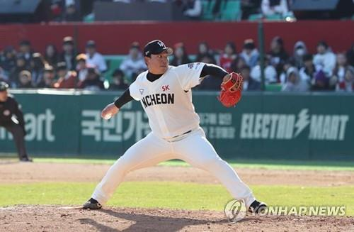 In this file photo, provided by the SK Wyverns on May 8, 2019, Kang Ji-kwang of the Wyverns pitches against the Hanwha Eagles during a Korea Baseball Organization regular season game at SK Happy Dream Park in Incheon, 40 kilometers west of Seoul. (PHOTO NOT FOR SALE) (Yonhap)sd