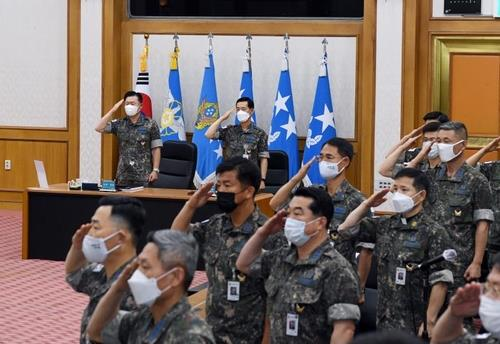 Air Force Chief of Staff Gen. Won In-choul (top, L) and other senior officers salute the Korean flag ahead of the senior commanders' meeting held in Seoul on June 19, 2020, in this photo provided by the Air Force. (PHOTO NOT FOR SALE) (Yonhap)