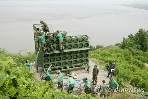 This file photo taken on June 16, 2004, shows South Korean soldiers dismantling propaganda loudspeakers targeting North Korean soldiers at a border unit. The defense ministry said on April 30, 2018, that it would withdraw such loudspeakers from May 1 in accordance with agreements made at the recent inter-Korean summit. (Yonhap)