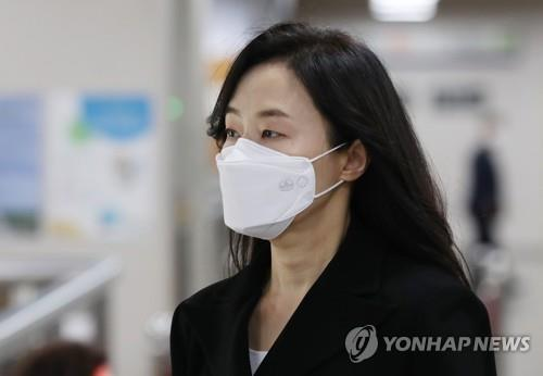 "Former Culture Minister Cho Yoon-sun appears for the final ruling of the retrial of the high-profile ""white list"" case at the Seoul High Court on June 26, 2020. (Yonhap)"