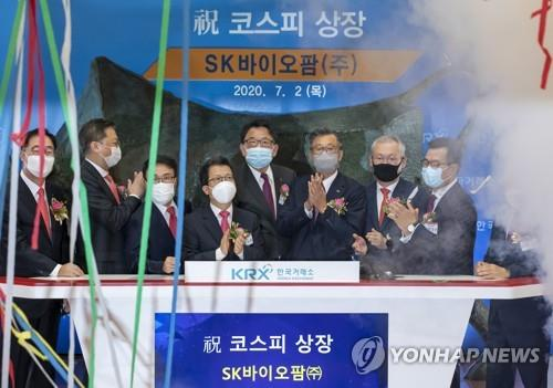 Korea Exchange CEO Jung Ji-won (4th from L), SK Biopharmaceuticals CEO Cho Jeong-woo (5th from L) and financial industry leaders clap hands during the bio firm's stock market listing ceremony at the KRX headquarters in Seoul on July 2, 2020. (Yonhap)