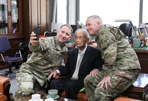 U.S. Forces Korea Commander Gen. Robert Abrams (L) takes a selfie with South Korea's wartime hero Paik Sun-yup (C) in this photo uploaded on the USFK Facebook page. Abrams visited Paik's office in Seoul on Nov. 22, 2019, to celebrate his 100th birthday (Korean age), according to officials. (PHOTO NOT FOR SALE) (Yonhap)