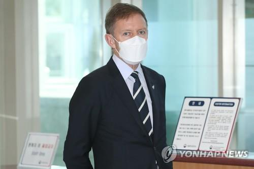 New Zealand Ambassador Philip Turner arrives at the foreign ministry building in Seoul on Aug. 3, 2020, to discuss the case of a South Korean diplomat accused of sexually assaulting a New Zealander embassy employee while stationed in Wellington in 2017. (Yonhap)