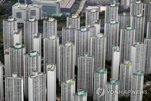 This photo taken July 15, 2020, shows high-rise apartment buildings in the southeastern Seoul ward of Songpa as seen from an observatory at Lotte World Tower, also in Songpa. Songpa is regarded as one of the four southern Seoul wards where housing prices are higher compared with other areas of the capital. (Yonhap)