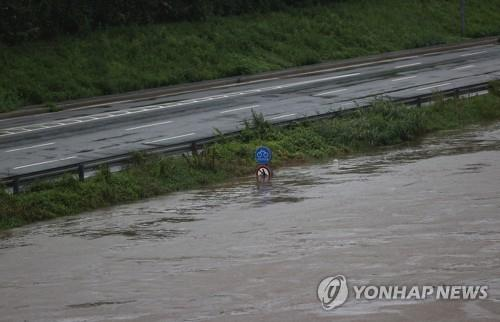 A section of Seoul Dongbu Urban Expressway is closed on Aug. 6, 2020, after heavy rains pushed up the water level of the Han River. (Yonhap)