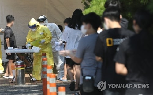 Students line up to take coronavirus tests at a screening center in Ulsan, 414 kilometers southeast of Seoul, on Aug. 13, 2020, after a middle school student in the city tested positive for COVID-19. (Yonhap)