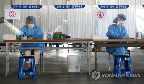 Medical staff members get ready to carry out new coronavirus tests at a makeshift clinic in the southern city of Gwangju on Sept. 28, 2020. (Yonhap)