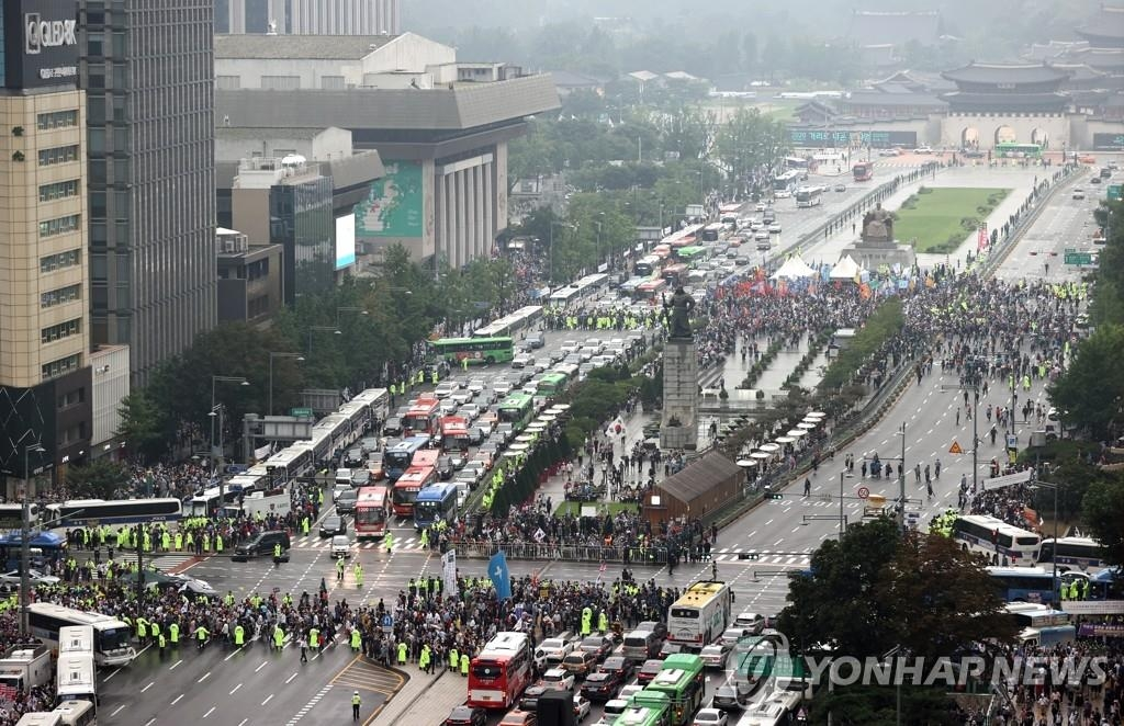Traffic around Gwanghwamun Square is halted as anti-government demonstrations organized by the Sarang Jeil Church and the conservative Freedom Union confront police on Aug. 15, 2020. (Yonhap)