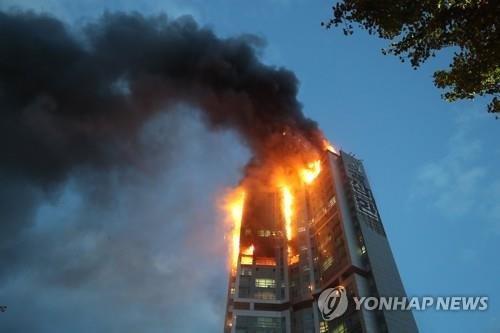 Smoke and flames are seen at a 33-story apartment building in South Korea's southern city of Ulsan on Oct. 9, 2020. (Yonhap)