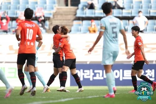 Jeju United players celebrate their goal against Seoul E-Land during a K League 2 match at Jeju World Cup Stadium in Seogwipo, Jeju Island, on Nov. 1, 2020, in this photo provided by the Korea Professional Football League. (PHOTO NOT FOR SALE) (Yonhap)