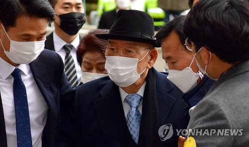 Former President Chun Doo-hwan arrives at Gwangju District Court in Gwangju, southwest of Seoul, to attend a libel case on Nov. 30, 2020. (Yonhap)