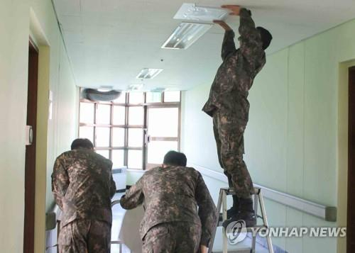 Service members refurbish a military hospital in the southeastern city of Daegu on Dec. 14, 2020, to accept civilian COVID-19 patients, in this photo provided by the defense ministry. (PHOTO NOT FOR SALE) (Yonhap)