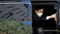 Samsung heir Lee receives 2 1/2 years in prison for bribery, returns to prison