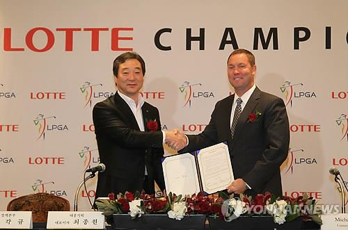 In this file photo from Feb. 20, 2012, LPGA Commissioner Mike Whan (R) and Choi Jong-won, head of the South Korean promotion firm Daehong Communications Inc., shake hands after signing an agreement to launch an LPGA tournament to be sponsored by South Korean conglomerate Lotte at a Seoul hotel. (Yonhap)