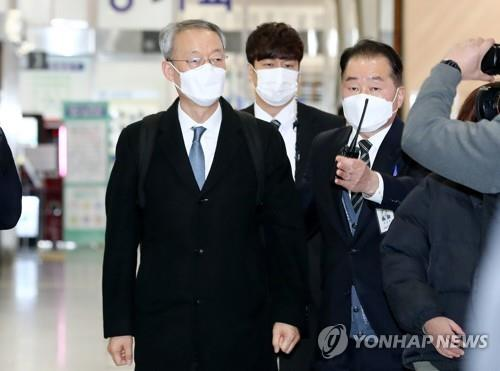 Paik Un-gyu, former minister for the Ministry of Trade, Industry and Energy, heads toward a courtroom to attend his warrant hearing at Daejeon District Court on Feb. 8, 2021. (Yonhap)
