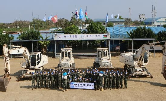 South Korean service members affiliated with the Hanbit Unit in South Sudan wave to send Lunar New Year greetings to the Korean people, in this photo provided by the Joint Chiefs of Staff (JCS). (PHOTO NOT FOR SALE) (Yonhap)