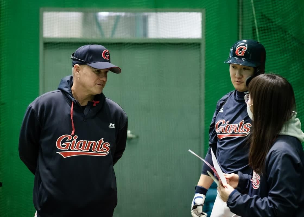 Larry Sutton (L), manager of the Lotte Giants' Futures League affiliate, speaks to a player and a team staffer during spring training at Sangdong Stadium in Gimhae, 450 kilometers southeast of Seoul, on Feb. 4, 2021, in this photo provided by the Giants. (PHOTO NOT FOR SALE) (Yonhap)