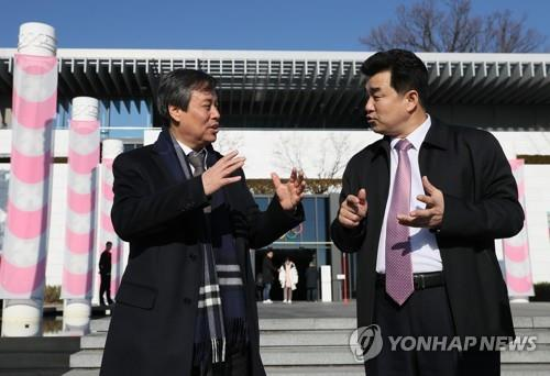 In this file photo from Feb. 15, 2019, South Korean Sports Minister Do Jong-hwan (L) speaks with his North Korean counterpart Kim Il-guk outside the Olympic Museum in Lausanne, Switzerland. (Yonhap)