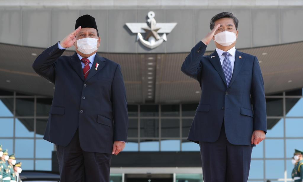 Defense Minister Suh Wook (R) and his Indonesian counterpart Prabowo Subianto inspect an honor guard prior to their talks at the defense ministry in Seoul on April 8, 2021, in this photo provided by the Kookbang Ilbo newspaper. (PHOTO NOT FOR SALE) (Yonhap)