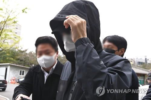 This photo, taken April 12, 2021, shows an employee of the Korea Land and Housing Corp. (LH) arriving at the Suwon District Court's Ansan branch to be questioned on his potential arrest in a land speculation case. (Yonhap)