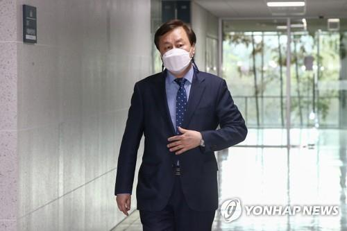Rep. Do Jong-hwan, the head of the Democratic Party's emergency response committee, is on his way to attend a meeting of the party's three-term lawmakers at the National Assembly in Seoul on April 13, 2021. (Yonhap)
