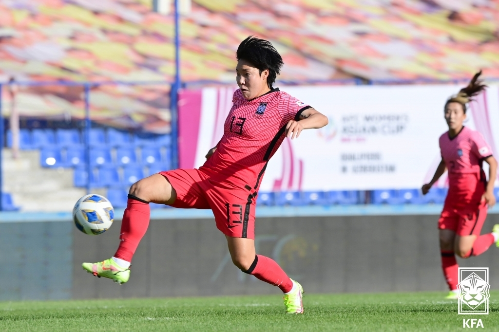 Lee Geum-min of South Korea plays the ball against Mongolia during the teams' Group E match in the qualifying event for the 2022 Asian Football Confederation (AFC) Women's Asian Cup at Pakhtakor Stadium in Tashkent on Sept. 17, 2021, in this photo provided by the Korea Football Association. (PHOTO NOT FOR SALE) (Yonhap)