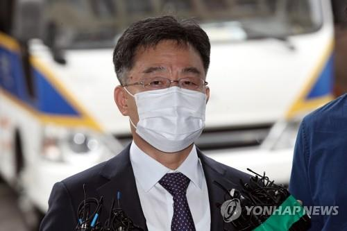 Kim Man-bae, owner of Hwacheon Daeyu Asset Management, answers reporters' questions before entering Yongsan Police Station in central Seoul on Sept. 27, 2021, for questioning about his role in a land development scandal in Seongnam. (Yonhap)