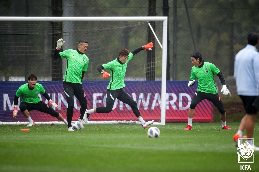 From left: South Korean goalkeepers Song Bum-keun, Gu Sung-yun, Jo Hyeon-woo and Kim Seung-gyu train at the National Football Center in Paju, Gyeonggi Province, on Oct. 6, 2021, in preparation for 2022 FIFA World Cup qualifying matches, in this photo provided by the Korea Football Association. (PHOTO NOT FOR SALE) (Yonhap)