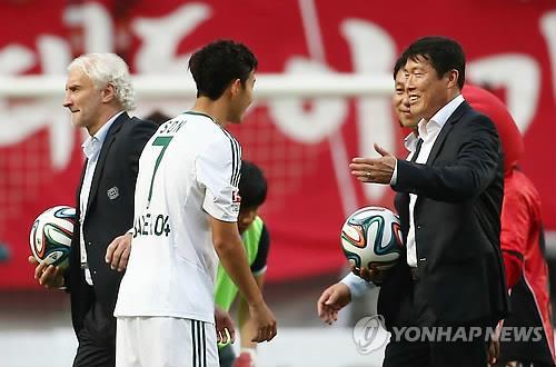 2014년 7월 서울에서 열린 레버쿠젠 코리안투어 경기 당시 손흥민과 차범근 전 감독