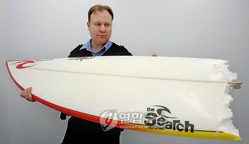 호주에서 상어 공격으로 부숴진 서핑보드