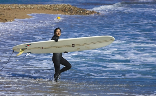 영덕 부흥해수욕장에서 한 여성 서퍼가 바다로 뛰어들고 있다. [사진/성연재 기자]