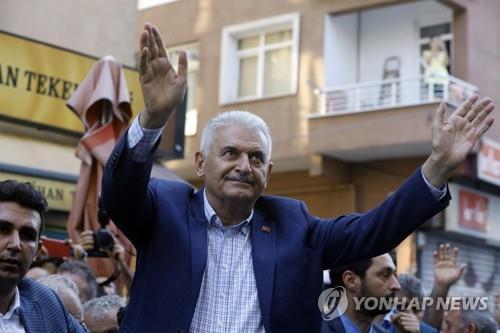 (이스탄불 AP=연합뉴스) 이스탄불 광역시장 재선거에 출마한 집권 '정의개발당'(AKP) 비날리 이을드름(63) 후보가 현지시간 11일 이스탄불 시내의 한 시장을 방문해 지지를 호소하고 있다.