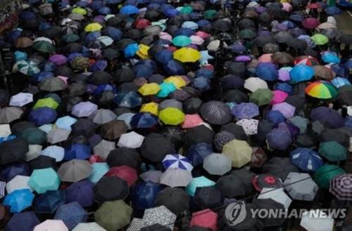 우산을 쓰고 행진하는 홍콩 시위대