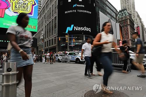 뉴욕 타임스스퀘어의 행인 모습[AFP=연합뉴스 자료사진]